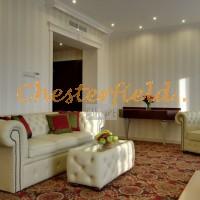 Chesterfield kanapé, asztal